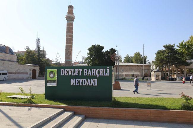 Başkan Oprukçu Devlet Bahçeli Meydanı Kaidesini Eski Haline Getirdi