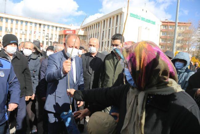 Başkan Oprukçu fidanları birer birer dağıttı