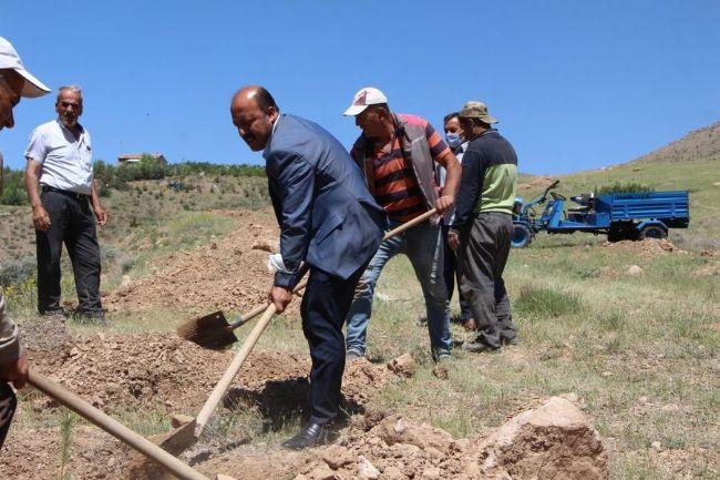 Mehmet Bakkal Mezarlık alanını ağaçlandırdı