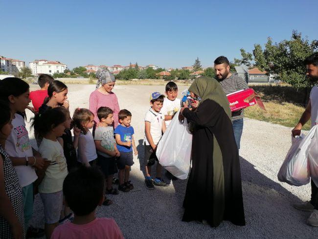 Şehit Annesi Gülhan Boz, Şehit Burak Boz Adına Hediye Dağıttı